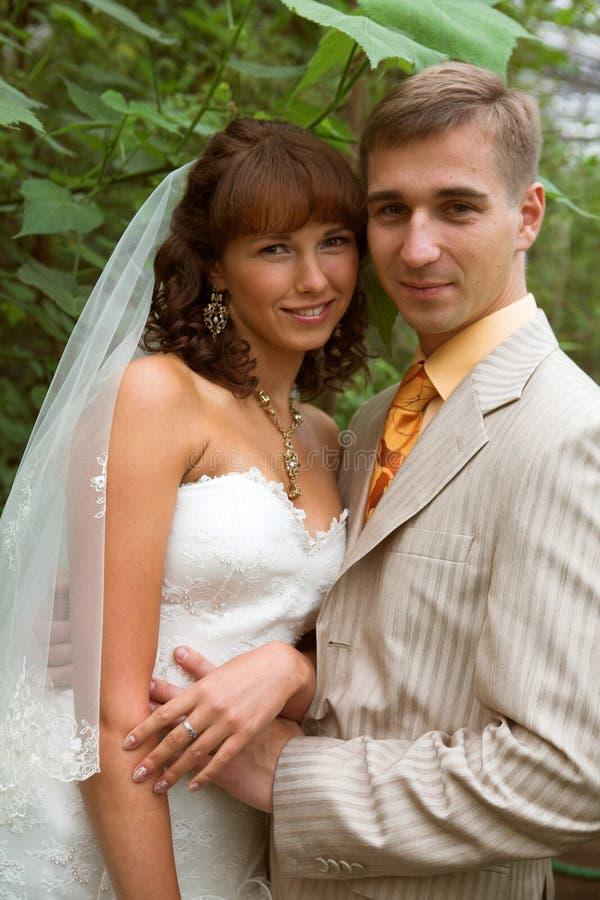 nowożeńcy spacer zdjęcia stock