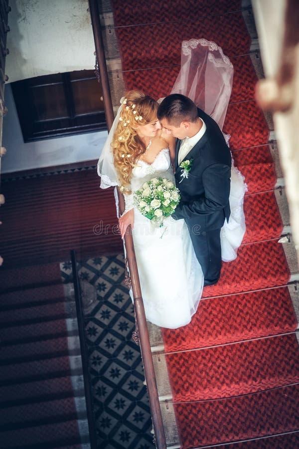 Nowożeńcy uściski zdjęcia stock