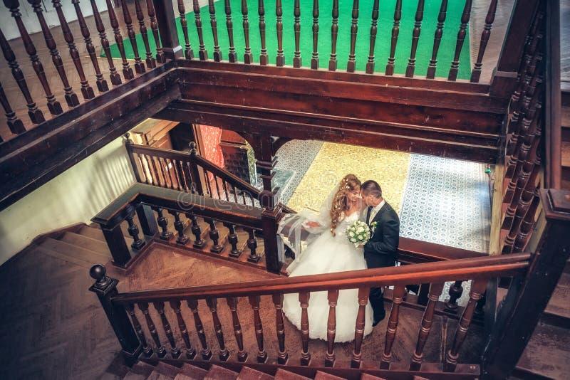 Nowożeńcy uściski fotografia stock