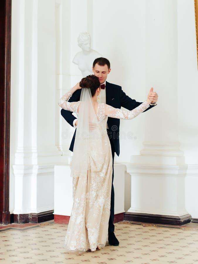 Nowożeńcy w mieszkaniu, piękny państwo młodzi w bogatym wnętrzu obrazy royalty free
