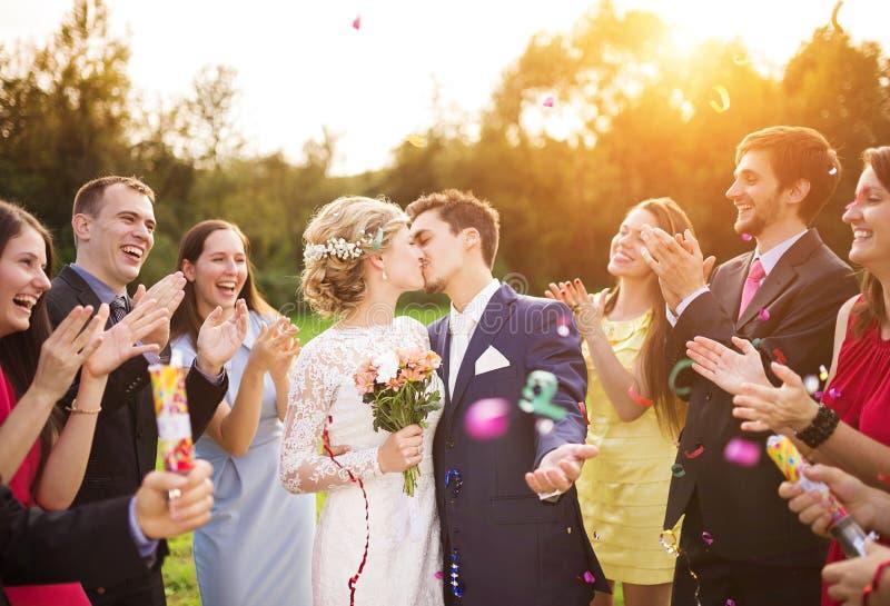 Nowożeńcy z gościem na ich ogrodowym przyjęciu zdjęcie stock