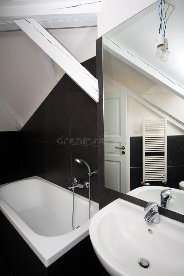 Download Nowożytna łazienka zdjęcie stock. Obraz złożonej z wyznaczający - 28972726