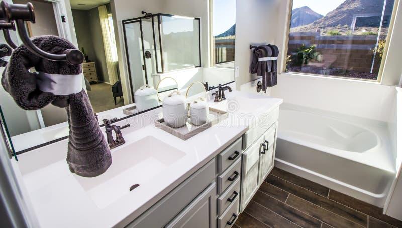 Nowożytna łazienka Z balią, prysznic I bezcelowością, zdjęcia royalty free