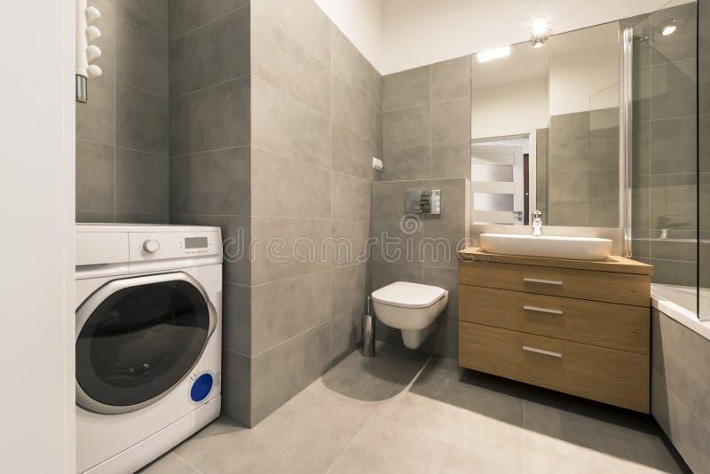 Nowożytna łazienka z płytkami na podłoga zdjęcie royalty free