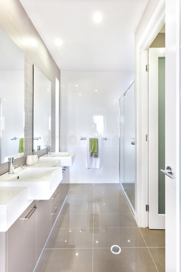 Nowożytna łazienka z setem washstands i łazienka zdjęcia stock