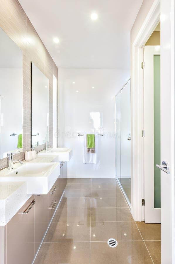 Nowożytna łazienka z setem wshstands i łazienka zdjęcia stock