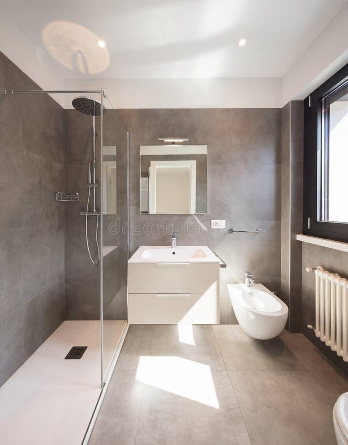 Nowożytna łazienka z wielkimi płytkami fotografia royalty free
