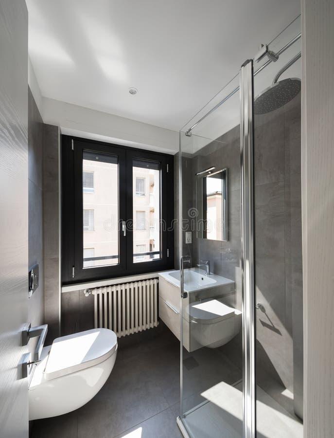 Nowożytna łazienka z wielkimi płytkami zdjęcia royalty free