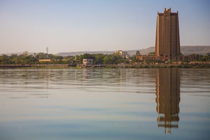 Nowożytna architektura przed Niger rzeką w Bamako zdjęcia royalty free