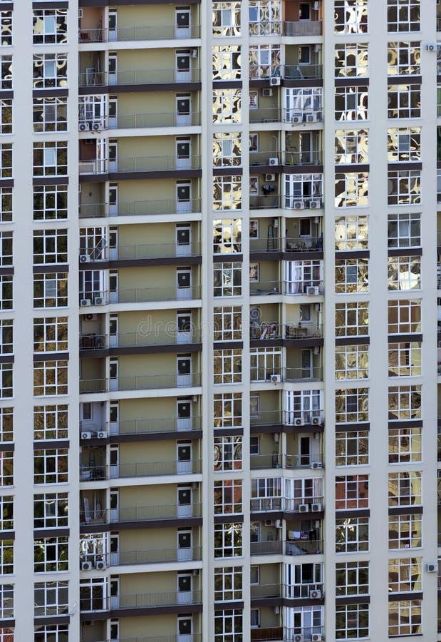 Nowożytna architektura z mnóstwo kwadratowymi szklanymi okno i kolory na budynku zdjęcia royalty free