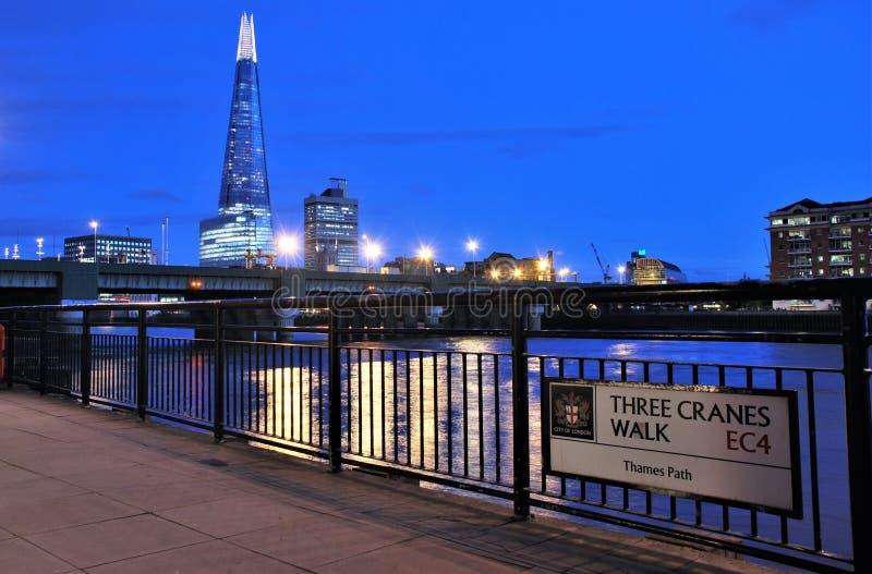 Nowożytna architektury iand Thames rzeka zdjęcie royalty free