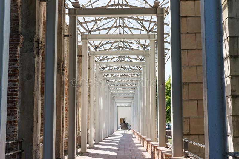 Nowożytna arkada z pionowo metal kolumnami fotografia stock