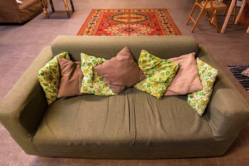 Nowożytna beżowa kanapa z poduszkami w restauraci zdjęcia stock