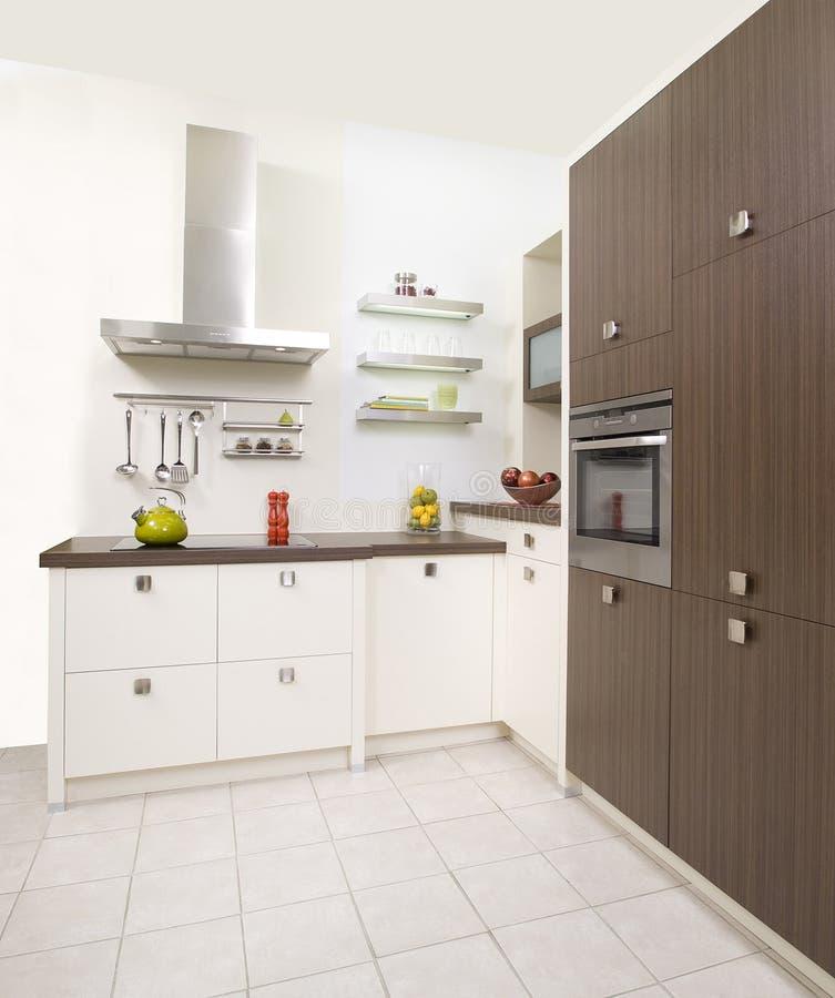 Nowożytna biała kuchnia z drewnianymi drzwiami obraz stock