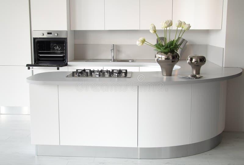 Nowożytna biała kuchnia z otwartym piekarnikiem obraz royalty free
