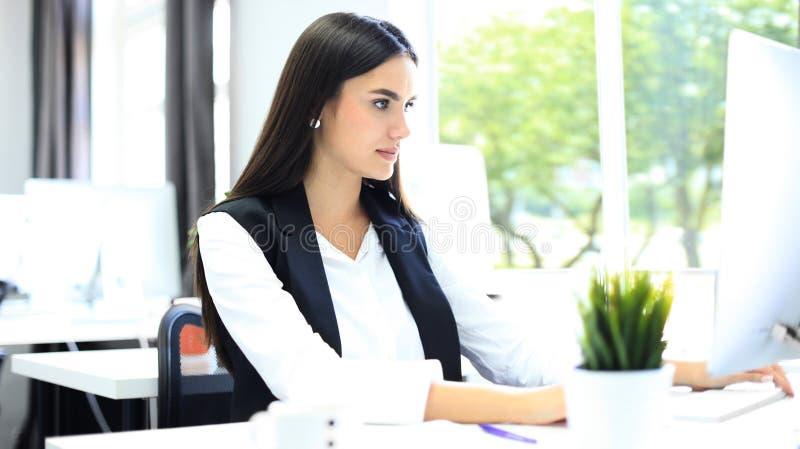 Nowożytna biznesowa kobieta w biurze z kopii przestrzenią obraz royalty free