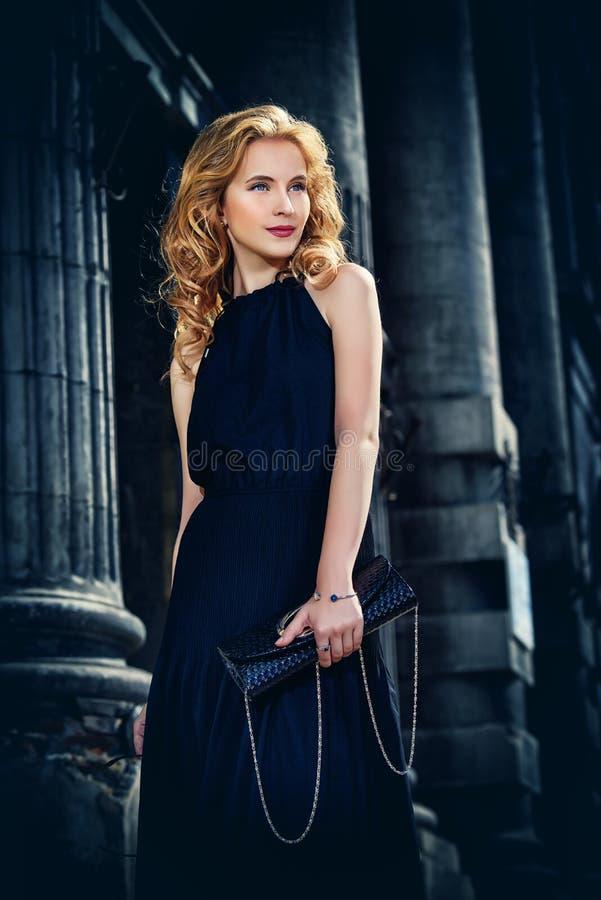 Nowożytna blondynki kobieta zdjęcie stock