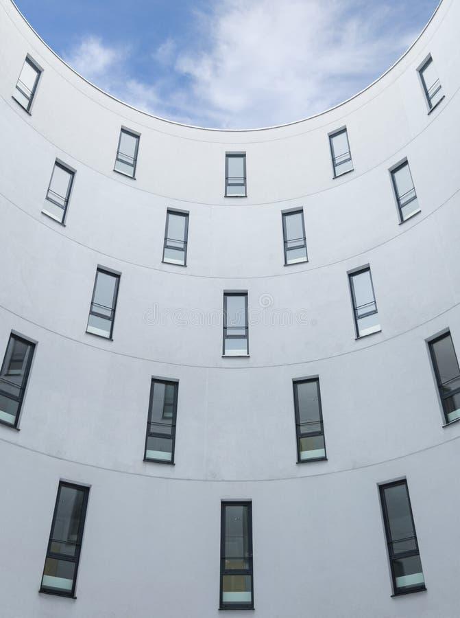 Nowożytna budynku biurowego projekta betonowa ściana i okno zdjęcia royalty free