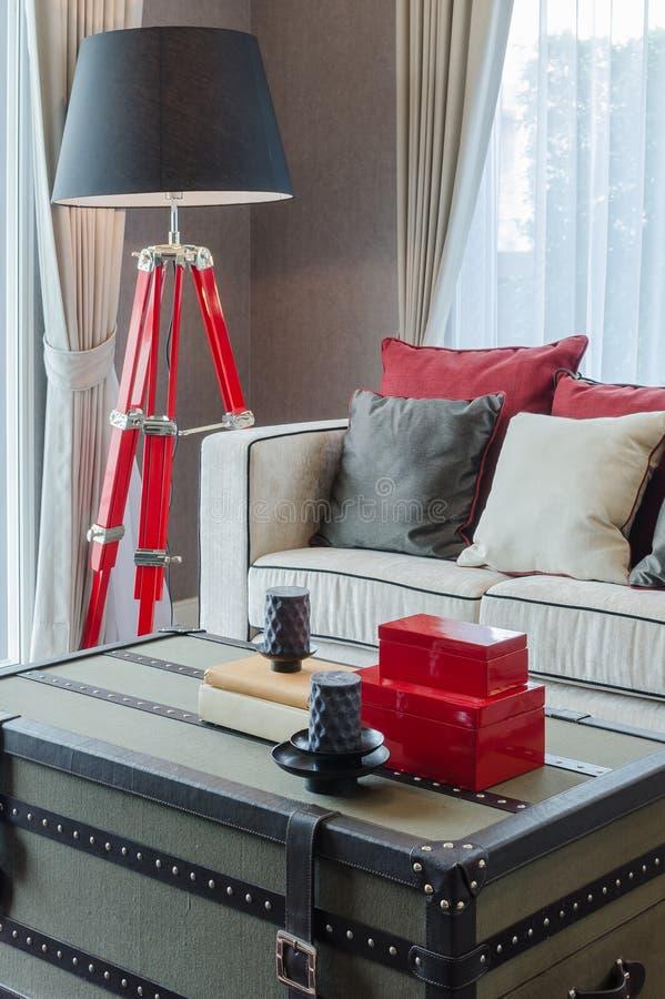 Nowożytna czarna i czerwona lampa z luksusową kanapą w luksusowym żywym pokoju zdjęcia stock