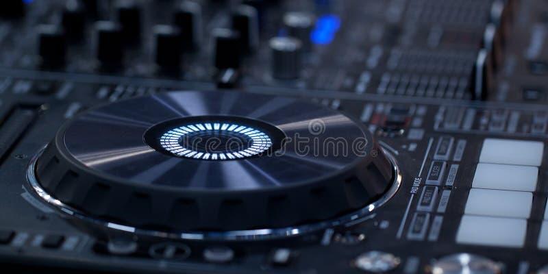 Nowożytna DJ muzyczna konsola zdjęcia royalty free