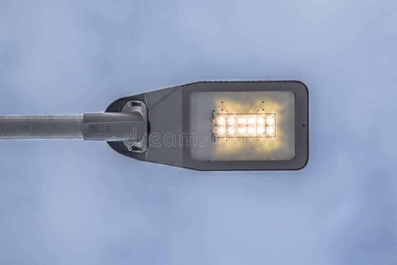 Nowożytna DOWODZONA latarnia uliczna przeciw niebu fotografia stock