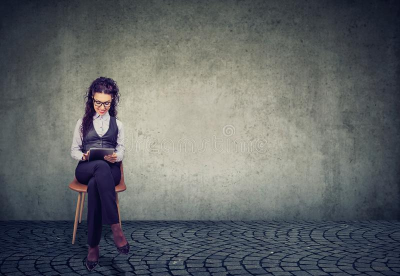 Nowożytna fachowa kobieta używa pastylkę zdjęcie royalty free