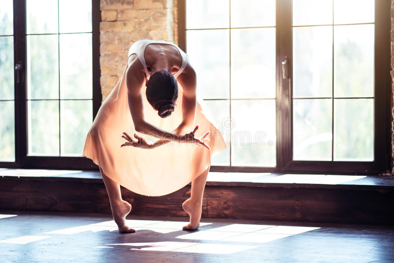 Nowożytna fachowa tancerz pozycja w świetle słonecznym obrazy stock