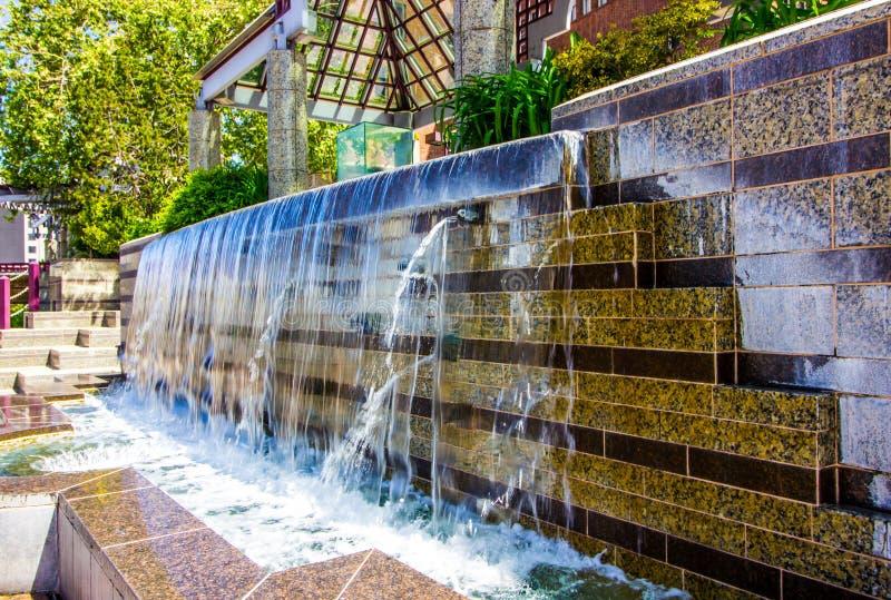 Nowożytna fontanna Z Spadać kaskadą siklawę zdjęcia royalty free