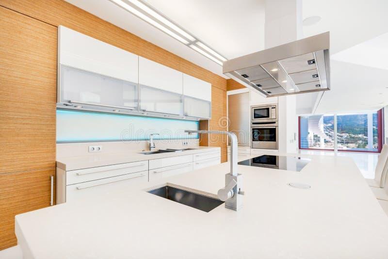 Nowożytna i minimalistic kuchnia zdjęcie royalty free