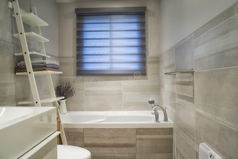 Nowożytna i well ustawiona łazienka fotografia royalty free