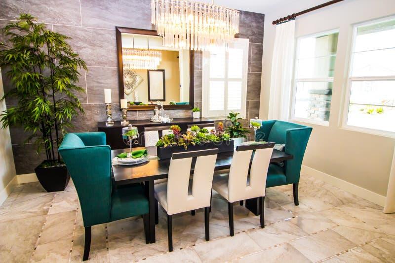 Nowożytna jadalnia z Drewnianym stołem & Wysokimi Tylnymi krzesłami zdjęcie stock