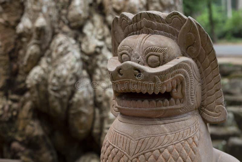 Nowożytna kamienna statua lew w Angkor Wat kompleksie, Kambodża Antycznej świątyni Barong wystrój blisko Bayon świątyni zdjęcie stock