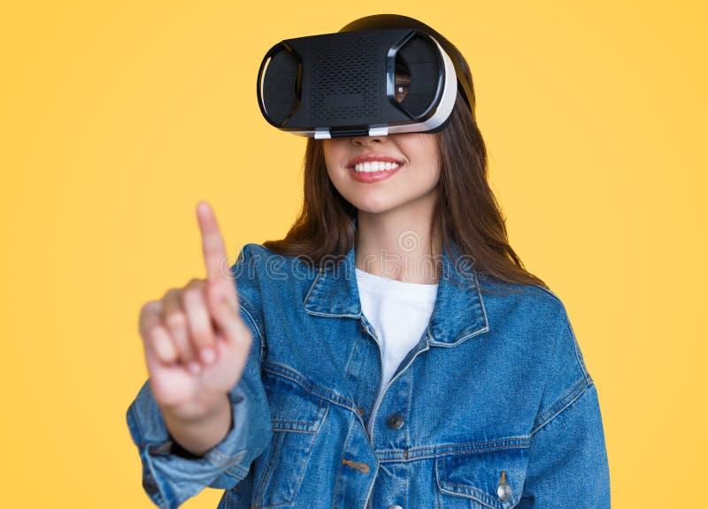 Nowożytna kobieta dotyka powietrze w VR szkłach zdjęcia stock