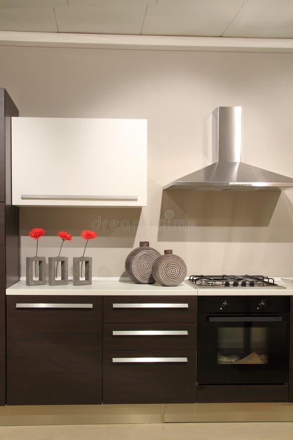 Nowożytna kuchnia z abstrakcjonistycznymi i minimalistycznymi dekoracjami zdjęcia stock