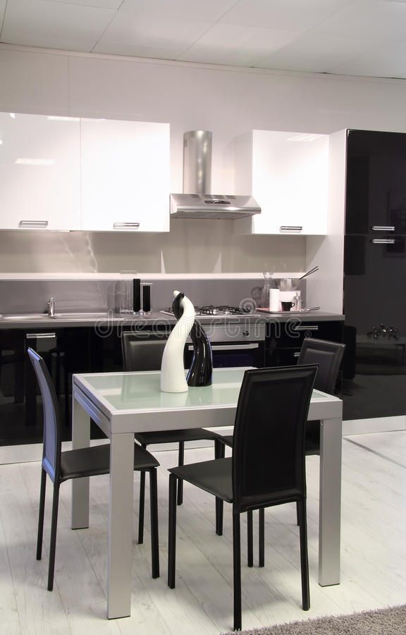 Nowożytna kuchnia z czarny i biały kolorami fotografia royalty free
