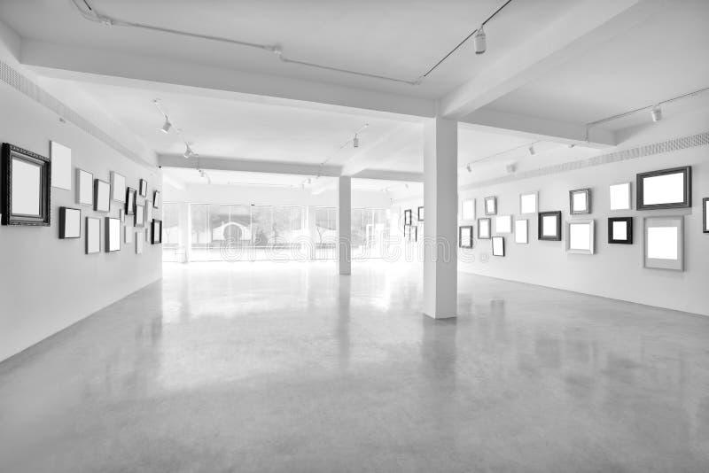 Nowożytna lekka sala z pustymi plakatami zdjęcie royalty free