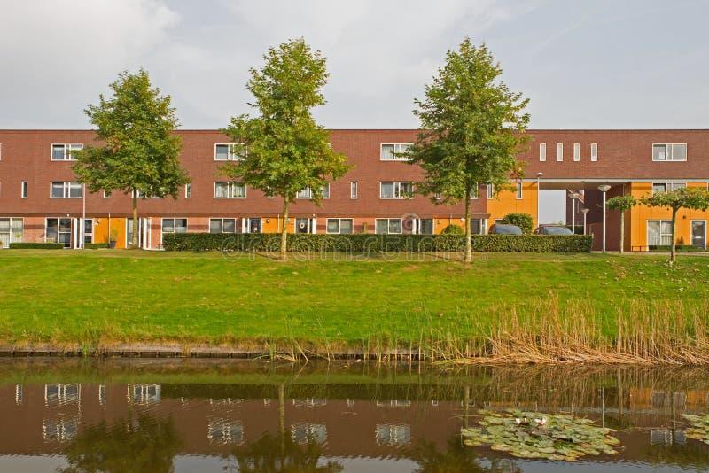 Nowożytna lokalowa nieruchomość w Hoogeveen w wieczór świetle, holandie zdjęcie stock