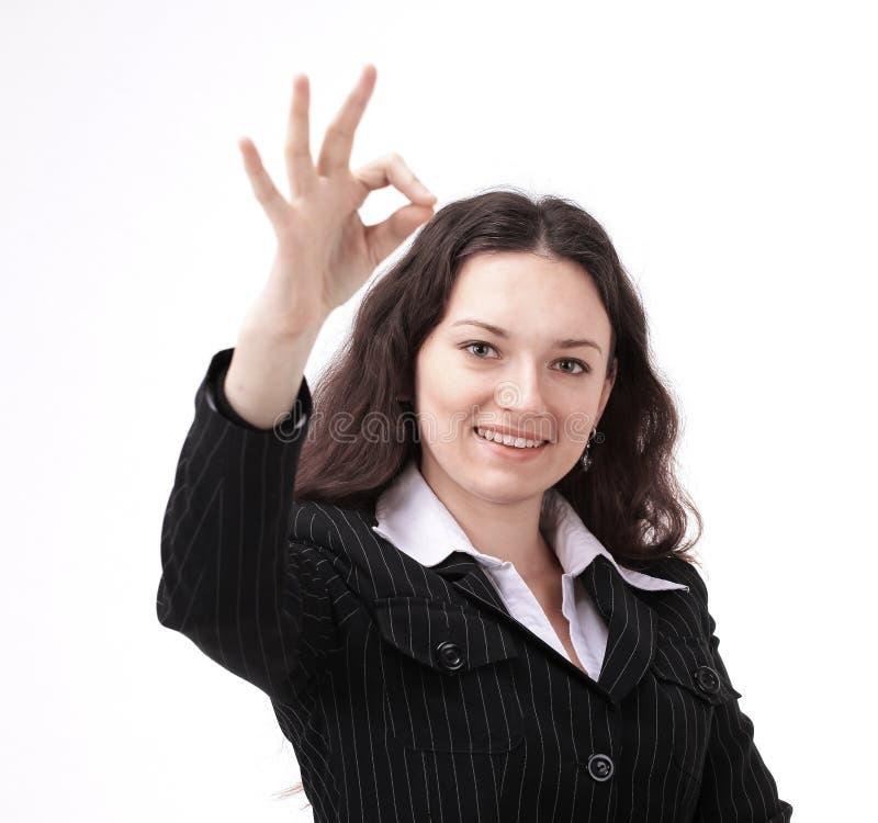 Nowożytna młoda biznesowa kobieta pokazuje OK znaka obrazy stock