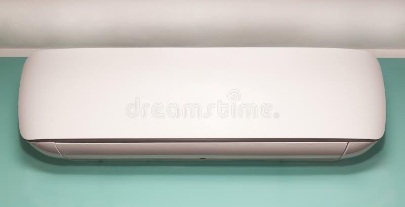 Nowożytna maszyna lotniczy conditioner na zielonej ścianie zdjęcie royalty free