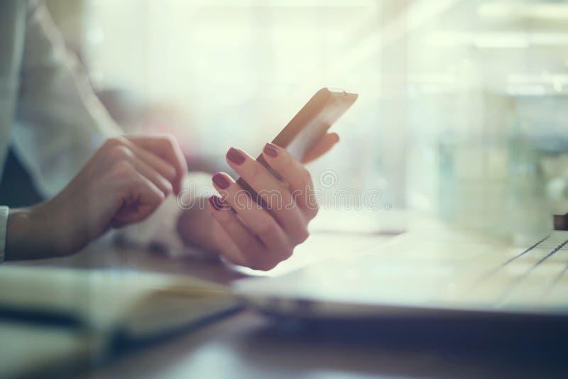 Nowożytna miejsce pracy kobieta używa telefon komórkowego wewnątrz fotografia stock