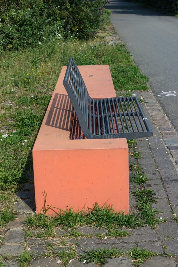 Nowożytna parkowa ławka od strony obrazy royalty free