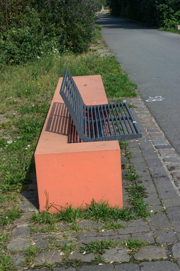 Nowożytna parkowa ławka od strony zdjęcie royalty free
