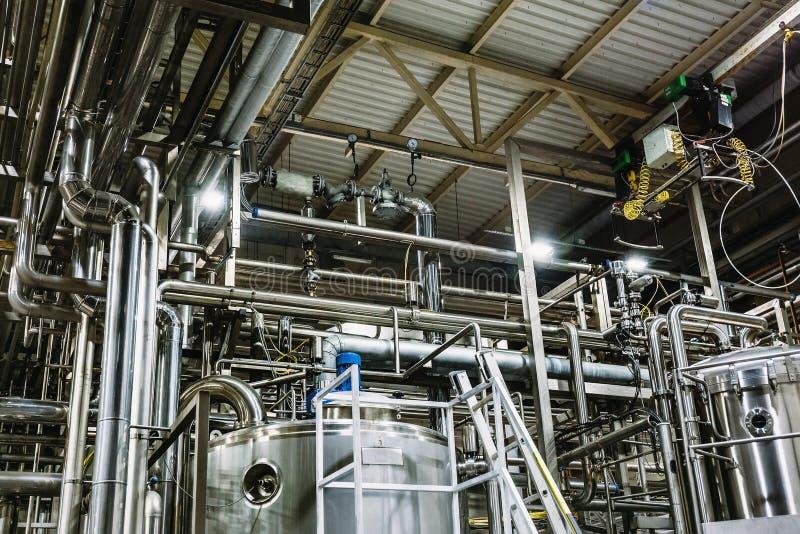 Nowożytna piwna fabryka, browaru pojęcie Stalowi zbiorniki dla piwnej produkci przemysłowe tło zdjęcia stock