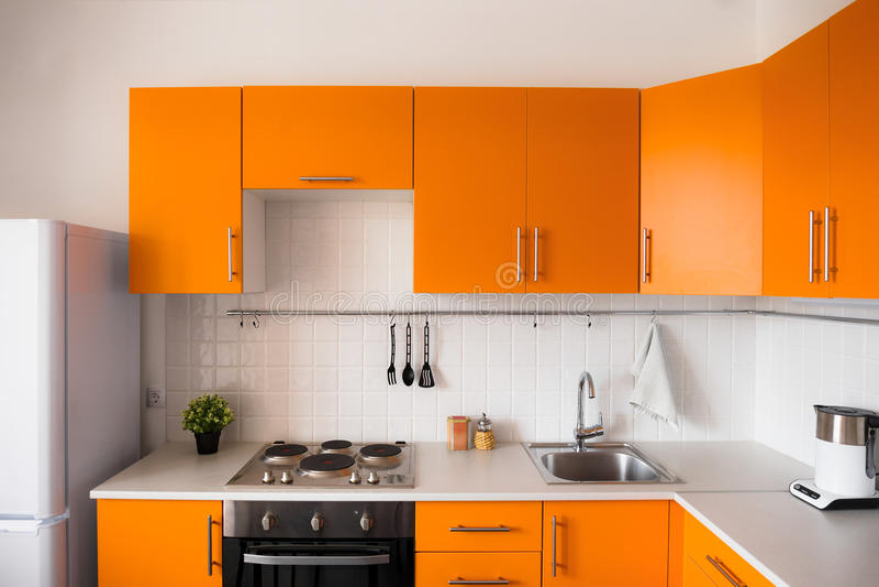 Nowożytna pomarańczowa kuchnia obrazy stock