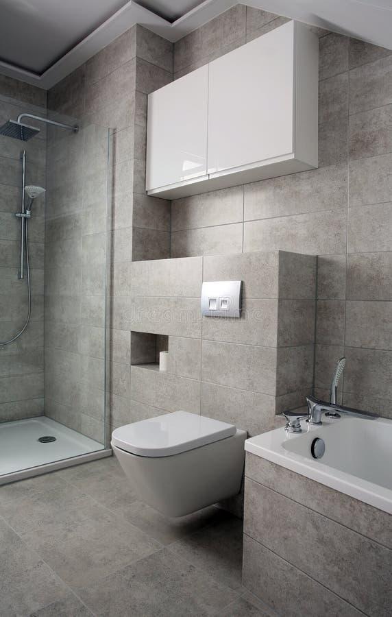 Nowożytna stylowa łazienka z szarymi płytkami zdjęcie royalty free