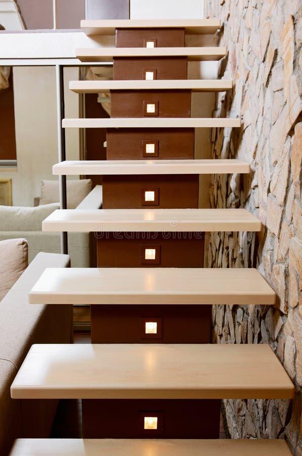 Nowożytna stylowa schody i ashlar ściana zdjęcie stock