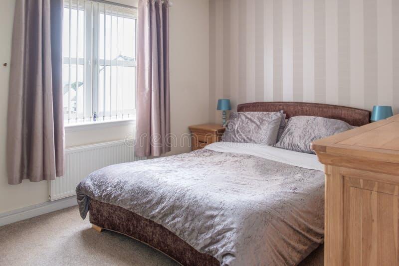 Nowożytna sypialnia w Szkockim osiedlu mieszkaniowym Dekorował w Miękkich nowożytnych Colours obraz royalty free