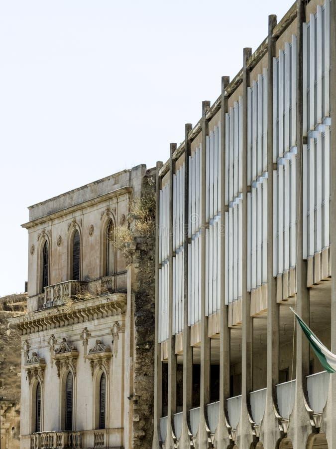 Nowożytna szkoła budująca wśrodku pałac zdjęcie royalty free