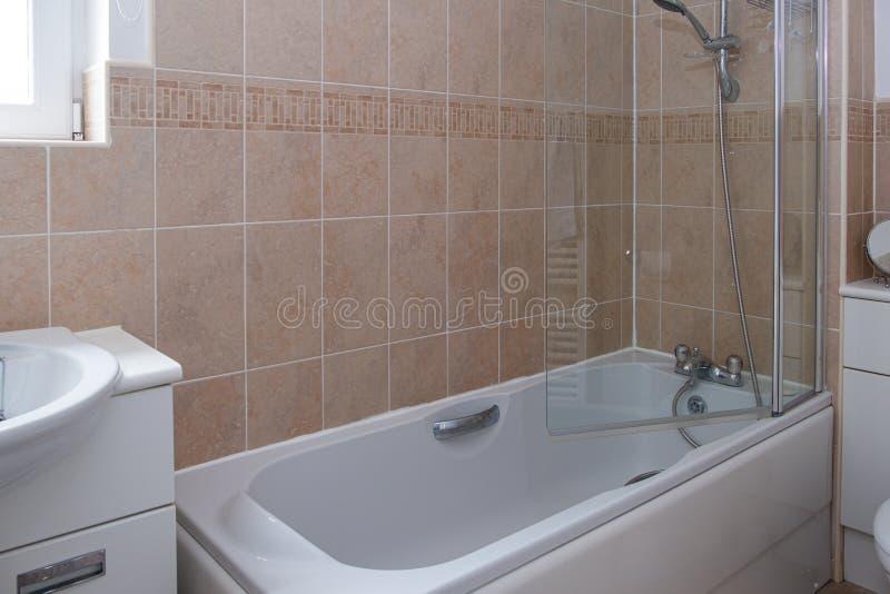 Nowożytna Szkocka gospodarstwo domowe łazienka z prysznic nad skąpaniem zdjęcie stock