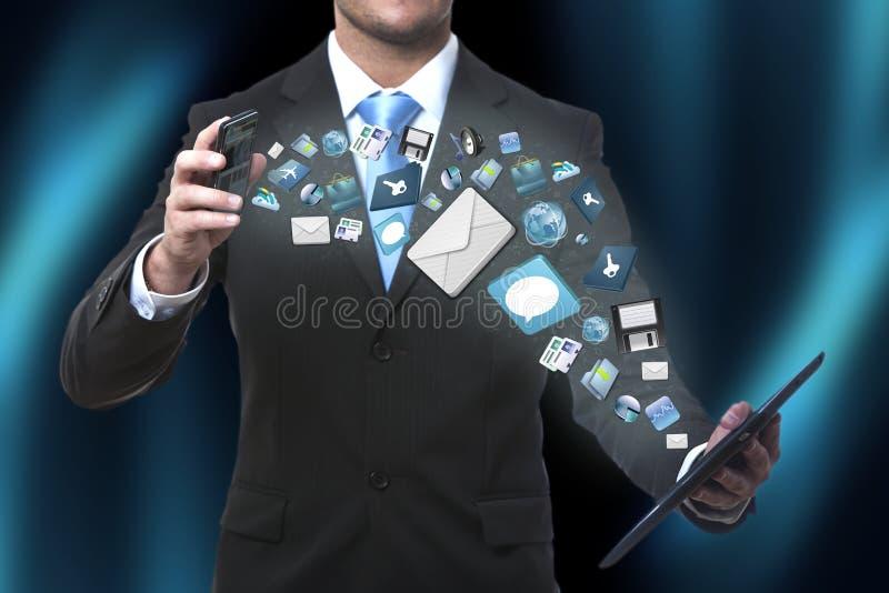 Nowożytna technologii komunikacyjnej ilustracja z telefonem komórkowym i pastylką w rękach biznesowi mężczyzna fotografia royalty free